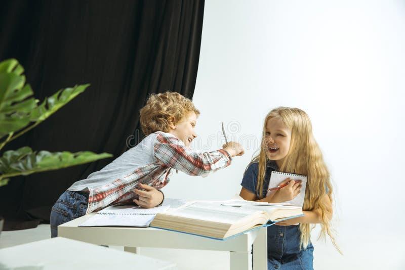 Pojke och flicka som förbereder sig för skola efter ett långt sommaravbrott tillbaka skola till fotografering för bildbyråer