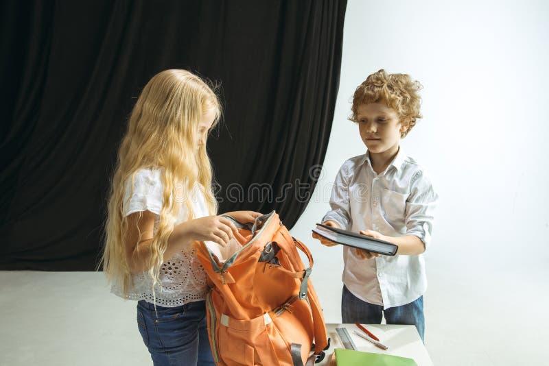 Pojke och flicka som förbereder sig för skola efter ett långt sommaravbrott tillbaka skola till royaltyfria foton