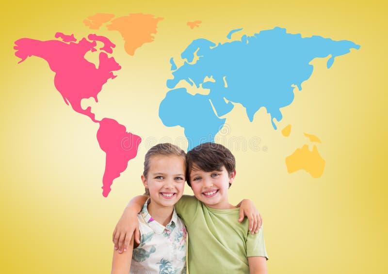 Pojke och flicka som framme kramar av färgrik världskarta arkivbild