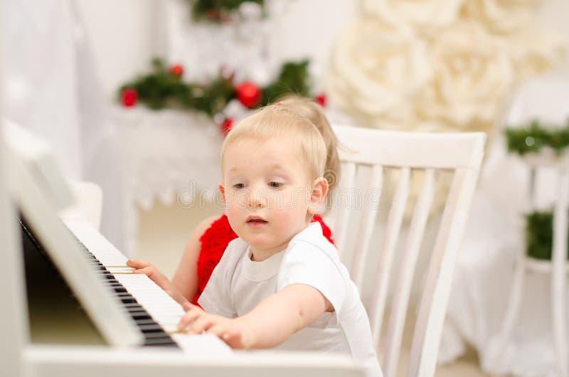 Download Pojke Och Flicka Som Spelar På Det Vita Pianot Fotografering för Bildbyråer - Bild av pianist, musik: 37346467