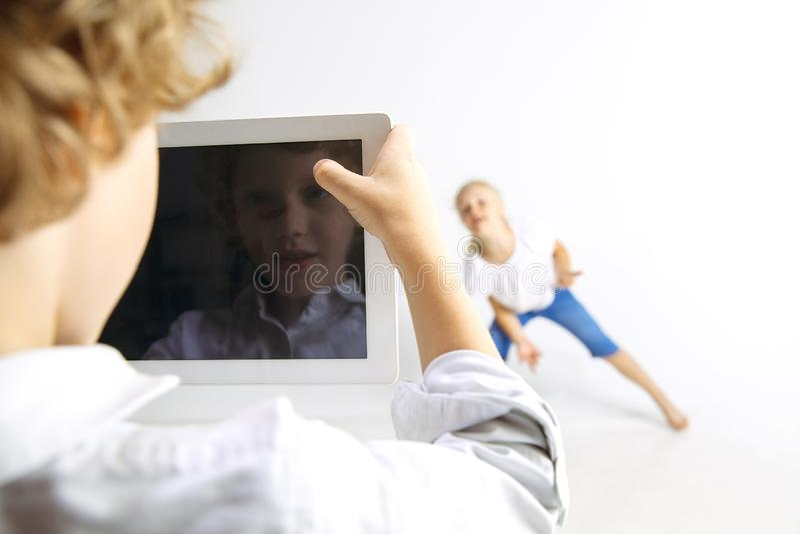 Pojke och flicka som tillsammans spelar på vit studiobakgrund fotografering för bildbyråer
