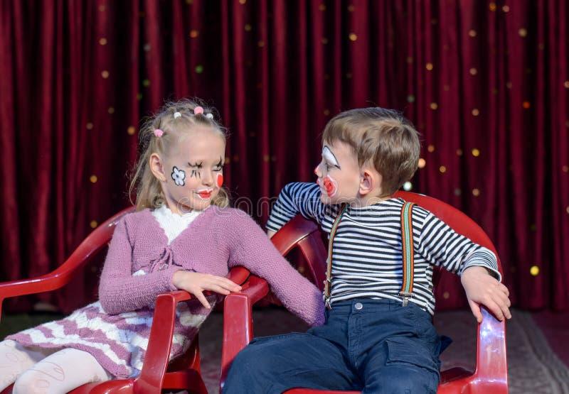Pojke- och flickaclowner som ut klibbar tungor royaltyfri bild