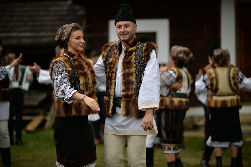 Pojke och flickor från Bucovina som bär traditionell kläder royaltyfri fotografi
