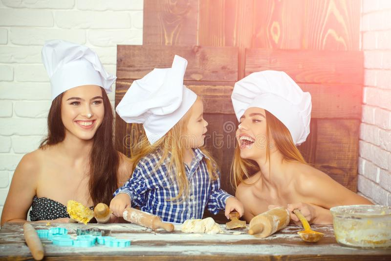 Pojke och flickor i kockhattar arkivbilder