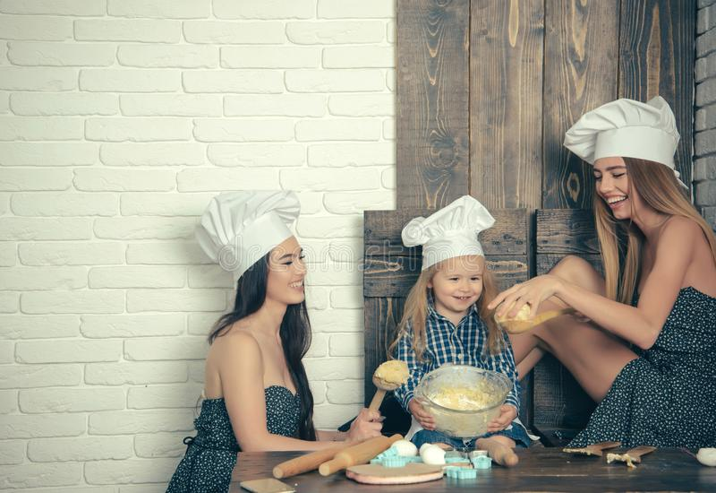 Pojke och flickor i kockhattar royaltyfri bild