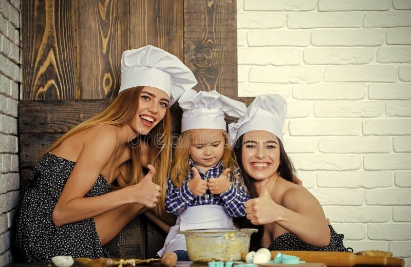 Pojke och flickor i kockhattar som ger upp tummar fotografering för bildbyråer