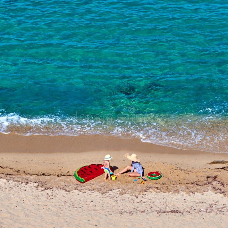 Pojke och hans moder på stranden med den uppblåsbara flötet royaltyfria foton