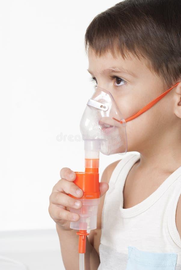 Pojke och inhalator arkivbilder