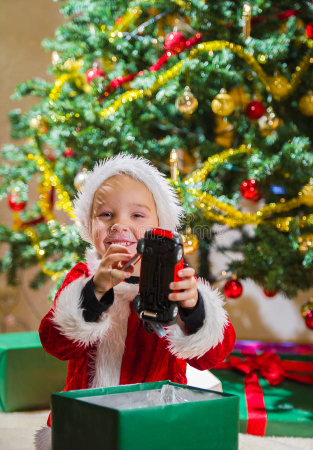 Pojke- och julgåva arkivfoto