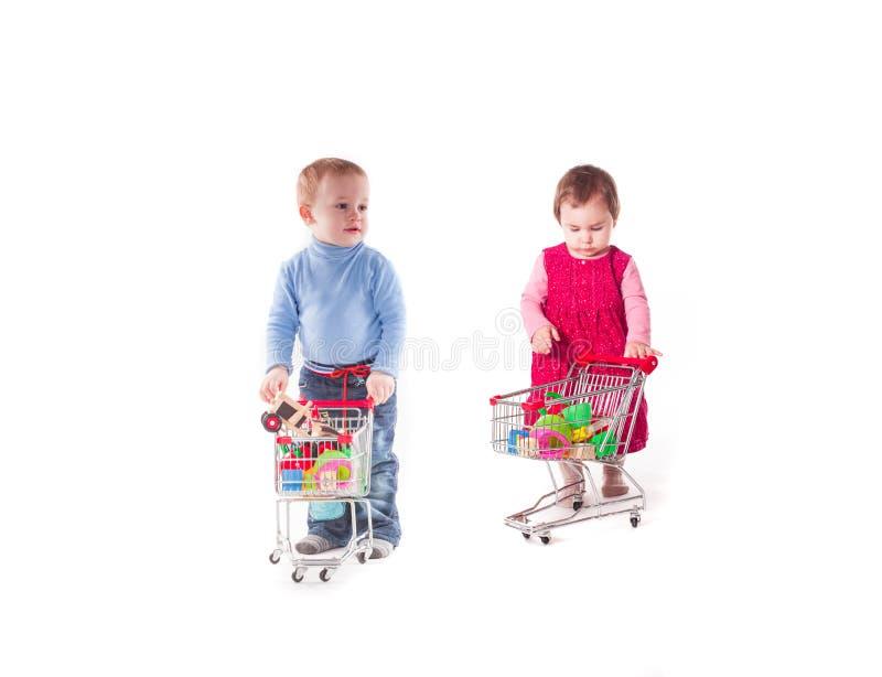 Pojke och shopping royaltyfri foto