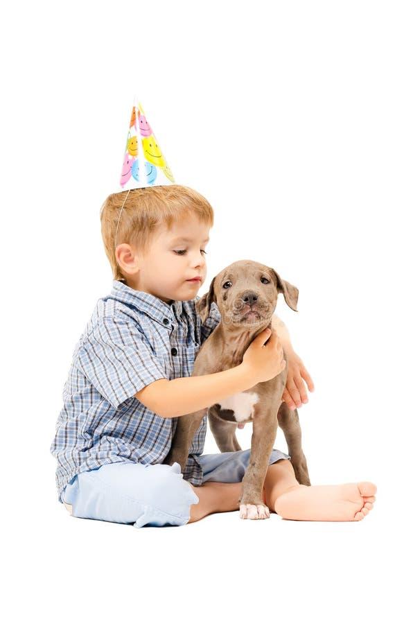 Pojke- och valpgroptjur av givet en gåva till födelsedagen fotografering för bildbyråer