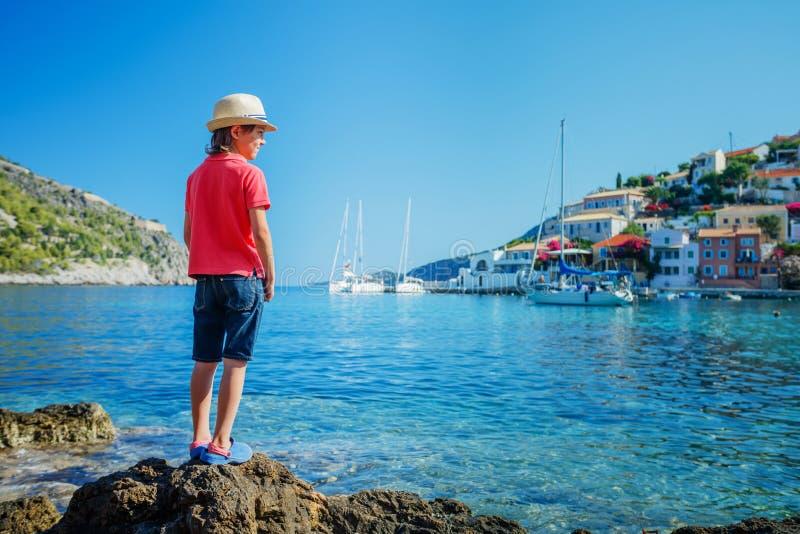 Pojke på Assos på ön av Kefalonia i Grekland royaltyfri foto