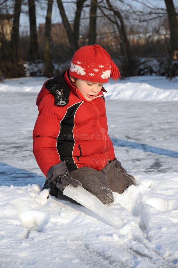 Pojke på den djupfryst floden royaltyfria foton