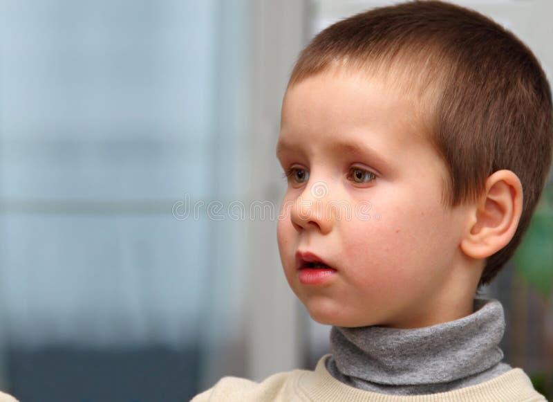 Pojke på den första dagen i dagis royaltyfria foton