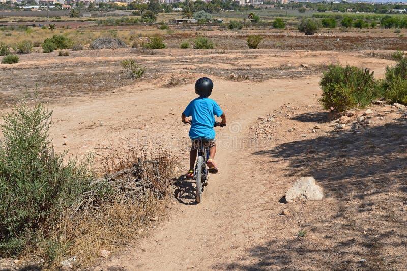 Pojke på en cykel royaltyfri bild