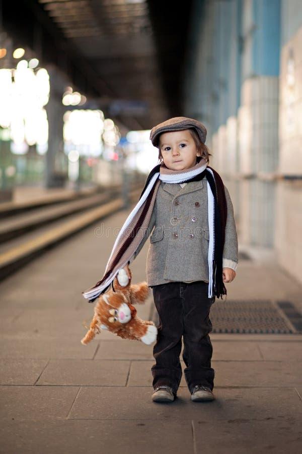 Pojke på en järnvägsstation arkivfoto