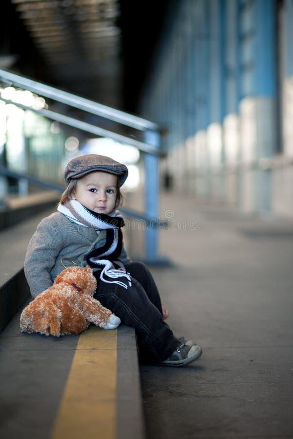 Pojke på en järnvägsstation royaltyfri bild