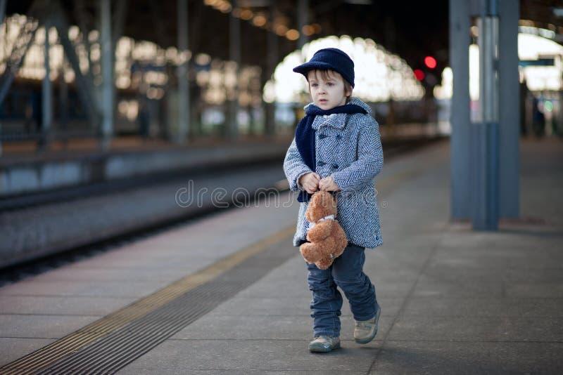 Pojke på en järnvägsstation arkivbilder
