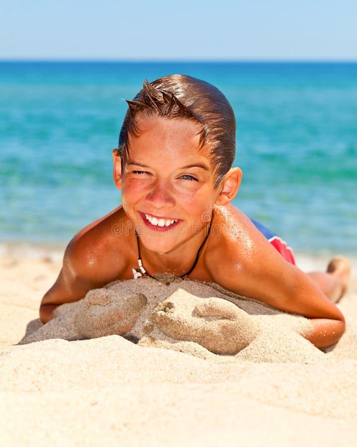 Pojke på en strand fotografering för bildbyråer