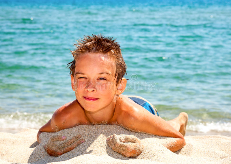 Pojke på en strand arkivbilder