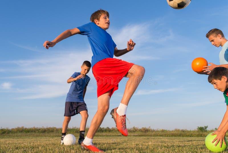 Pojke på fotbollutbildningen arkivbild