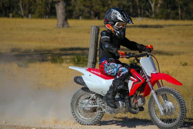 Pojke på mopeden arkivfoto