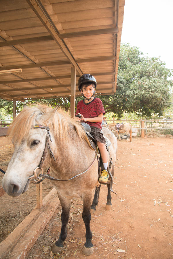 pojke på ponny arkivfoton