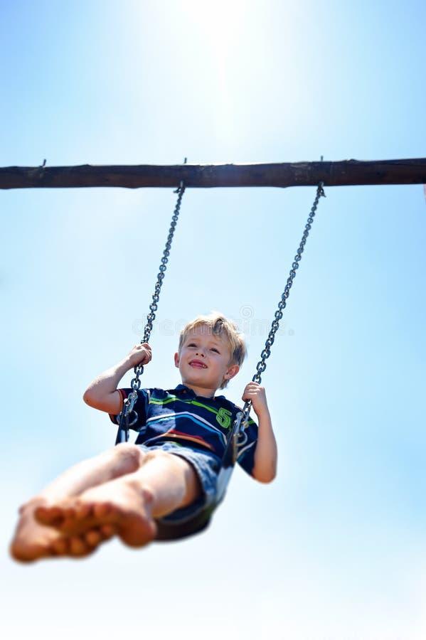 Pojke på swing arkivbilder