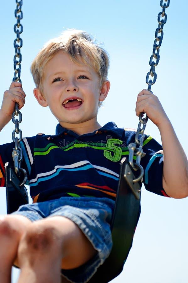 Pojke på swing arkivfoton