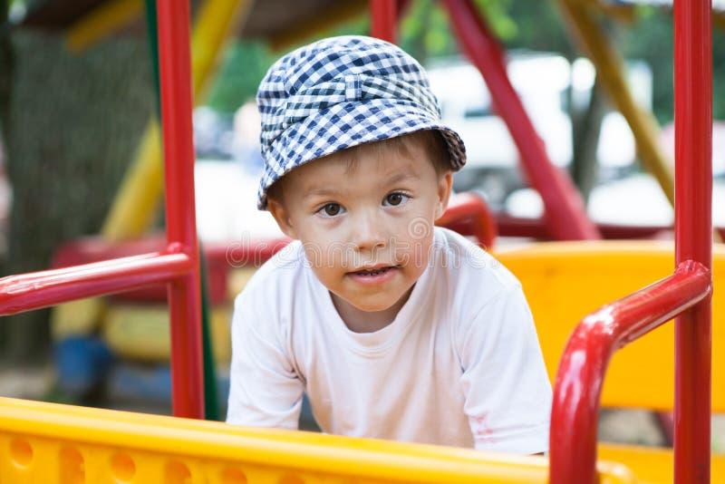 Pojke på swing royaltyfri bild