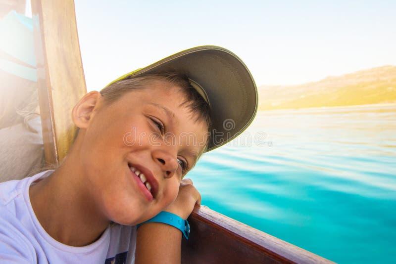 Pojke på yachten arkivfoton