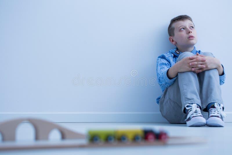 Pojke som är i huvudrollen på väggen royaltyfria bilder