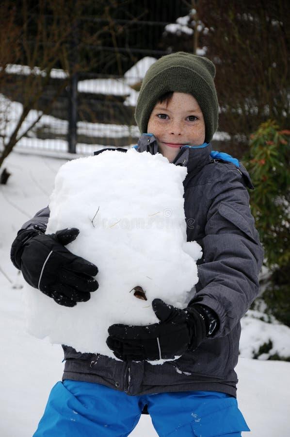Pojke som är lycklig i snö, royaltyfri foto