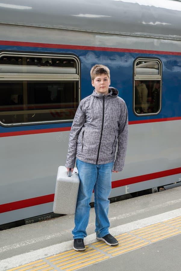 Pojke som är tonårig med ett near drev för lopppåse arkivbilder