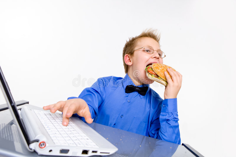 pojke som äter hamburgareskolabarn arkivfoton