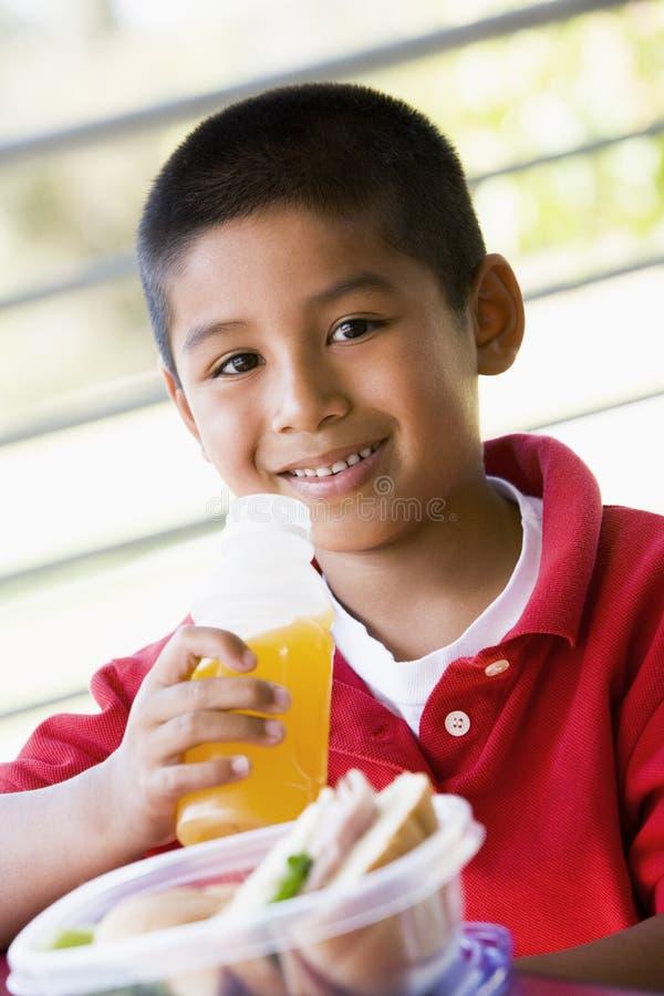 pojke som äter lunch arkivfoto