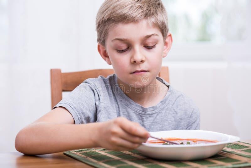 pojke som äter soup royaltyfria foton