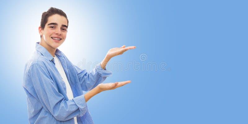 Pojke som använder händer för att indikera format royaltyfri bild