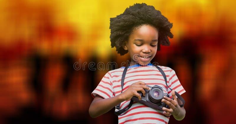 Pojke som använder kameran över bokeh royaltyfri foto