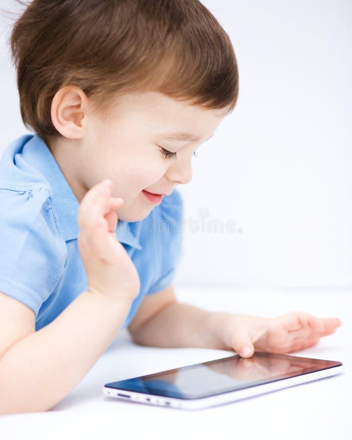 Download Pojke Som Använder Minnestavlan Arkivfoto - Bild av mänskligt, leka: 37345726