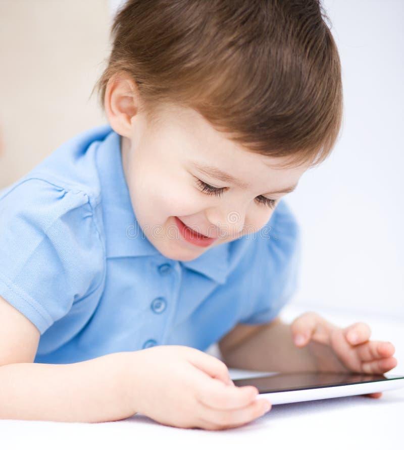 Download Pojke Som Använder Minnestavlan Arkivfoto - Bild av leka, preschooler: 37348916