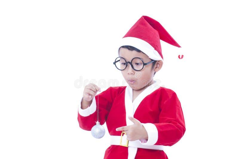 Pojke som bär den Santa Claus likformign royaltyfri foto