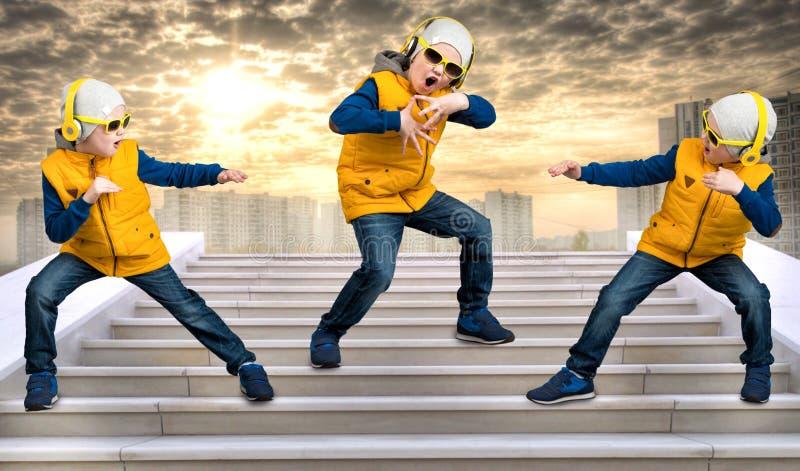 Pojke som dansar Hip Hop Mode för barn` s Den unga rapparen Kyla rap dj royaltyfria bilder