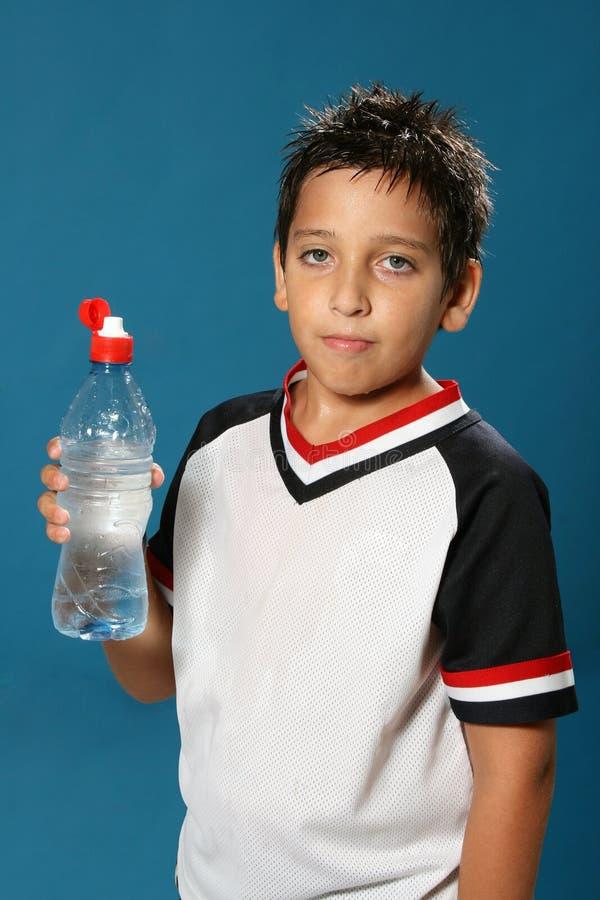 pojke som dricker törstigt vatten fotografering för bildbyråer
