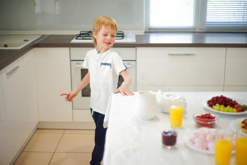 Download Pojke Som Förbereder Frukosten I Vitt Kök Fotografering för Bildbyråer - Bild av exponeringsglas, barndom: 78726107