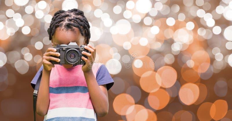 Pojke som fotograferar till och med kamera över bokeh royaltyfri fotografi