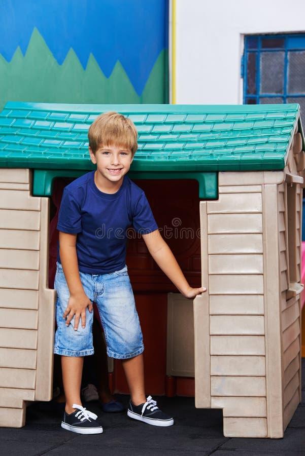 Pojke som framme står av lekstuga royaltyfria bilder