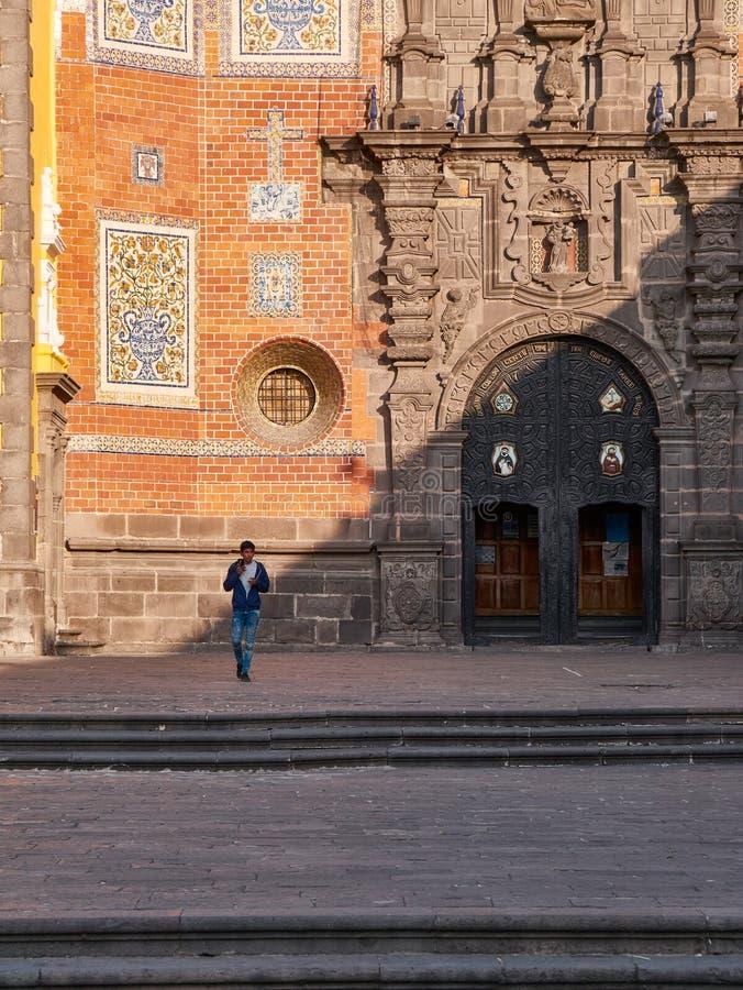 Pojke som går i fyrkant av den barocka kloster arkivbild