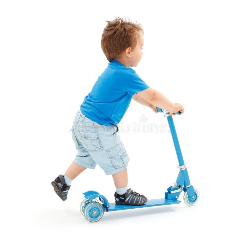 pojke som går little sparkcykel arkivfoto