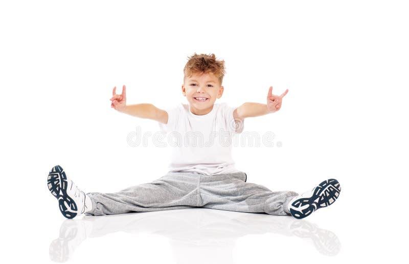 Pojke som gör gymnastik royaltyfri bild